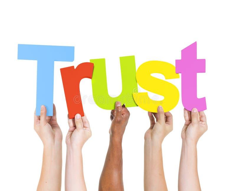 举行单词信任的不同的人民 库存图片