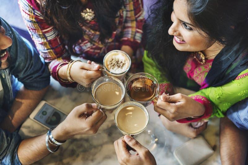 举行咖啡茶概念的朋友小组 免版税库存照片