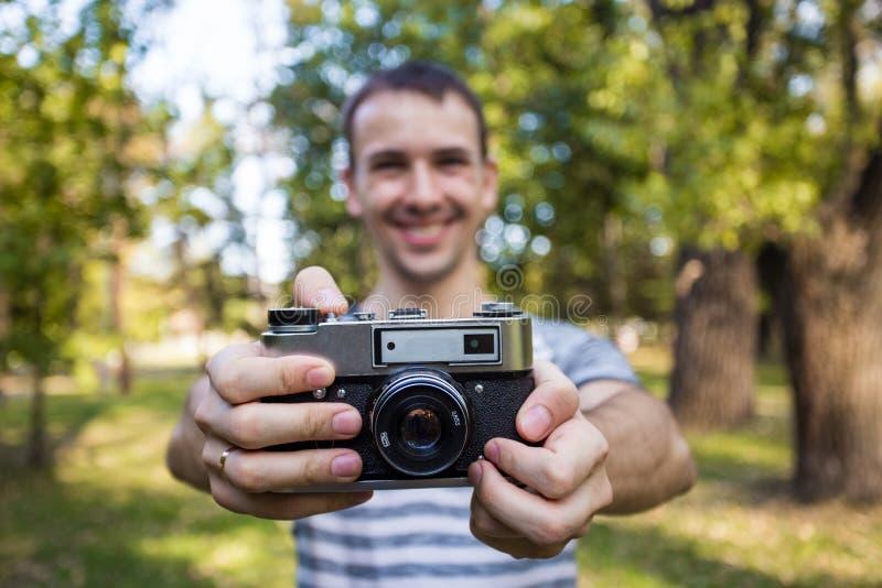 举行在手老葡萄酒照相机的年轻人 库存图片
