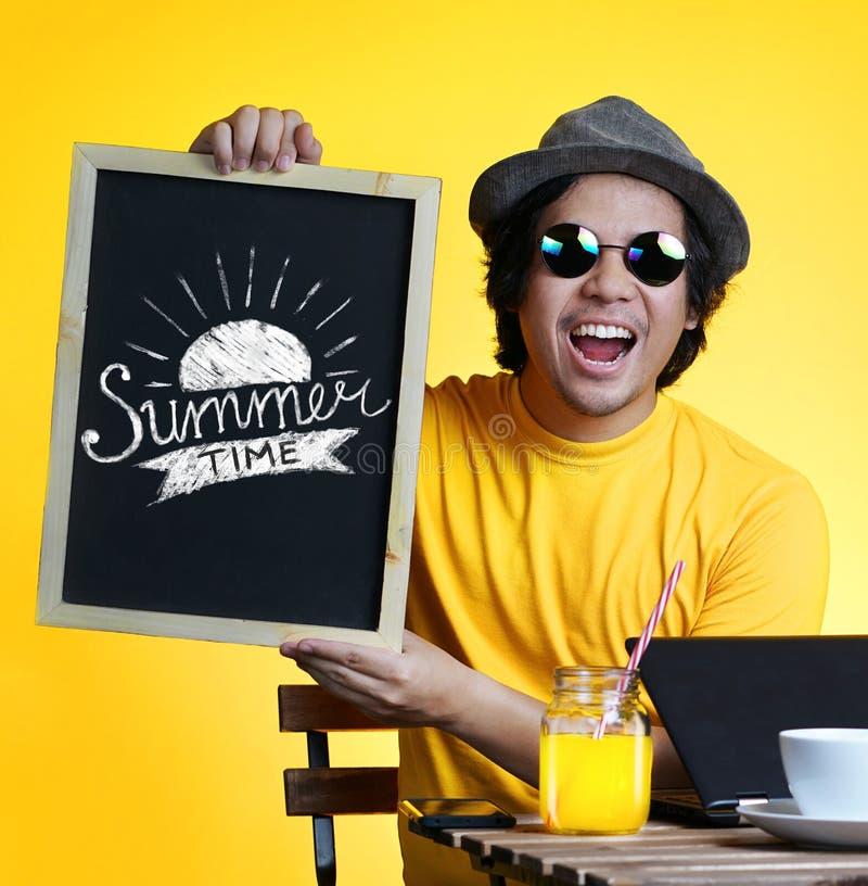 举行在黑板W的激动的年轻人夏时印刷术 图库摄影