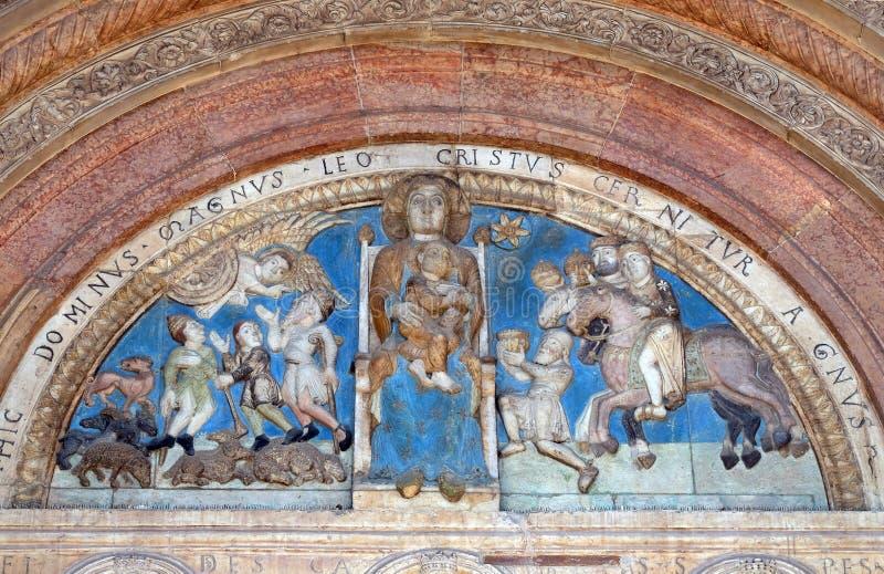 举行基督孩子,被集中之间,通告对牧羊人和魔术家的崇拜的维尔京 图库摄影