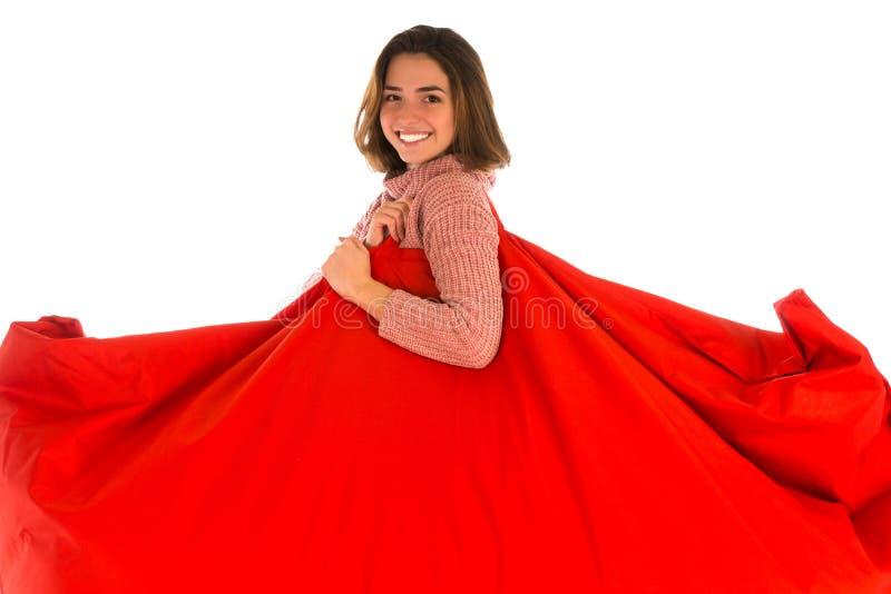 举行她的肩膀红色长方形的bea的微笑的妇女 免版税库存图片