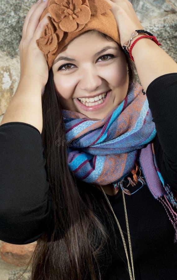 举行她头和微笑的女孩 图库摄影