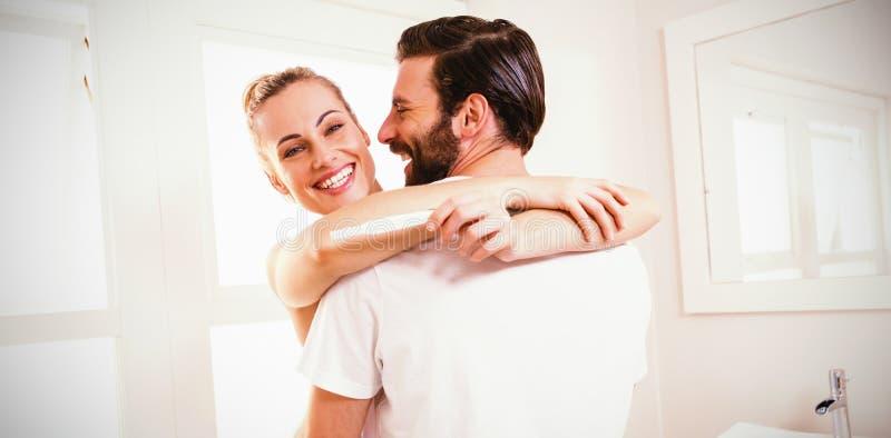 举行妊娠试验的妇女,当拥抱人时 库存照片