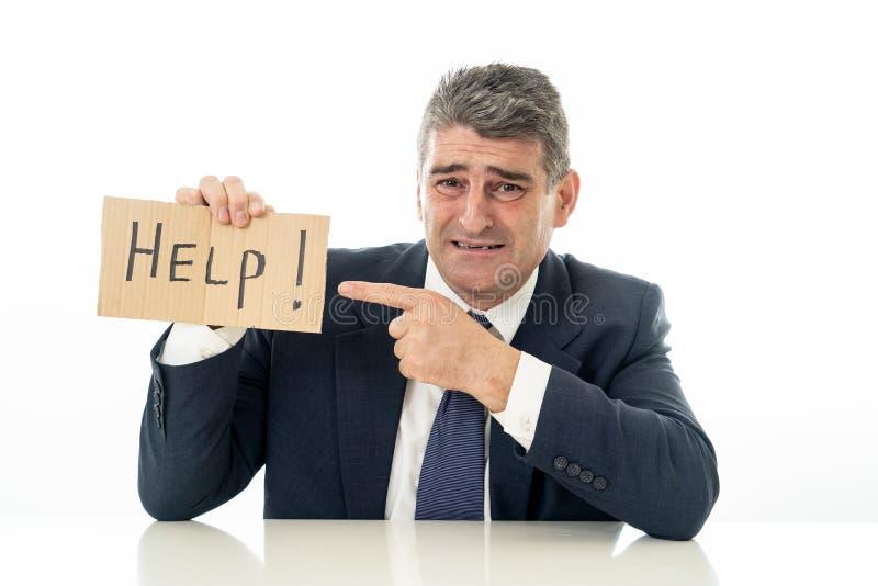 举行帮助的无能为力的成熟商人在金融危机在白色和消沉概念签字隔绝的失业重音 免版税库存图片