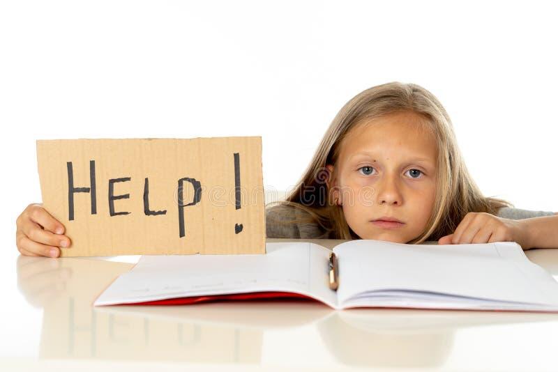 举行帮助的逗人喜爱的金发学校女孩签到教育概念 免版税库存图片