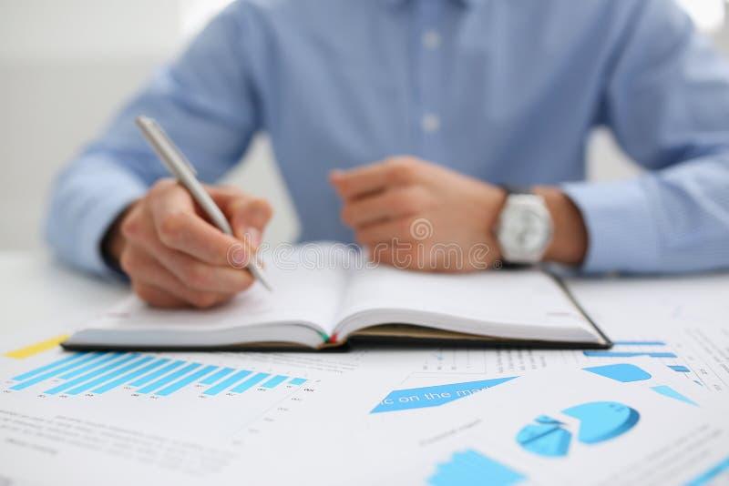 举行平底锅手中财政统计的商人 库存图片