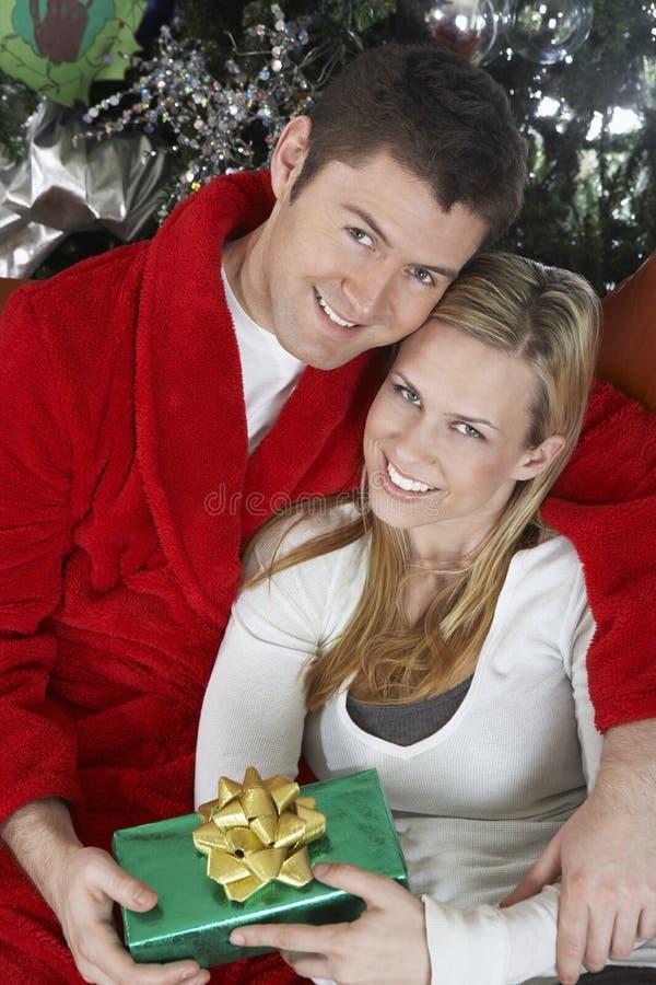 举行当前拥抱的夫妇 免版税图库摄影