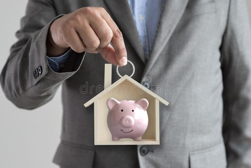 举行房子无家可归的住房风雨棚建筑学bui的手 免版税库存图片