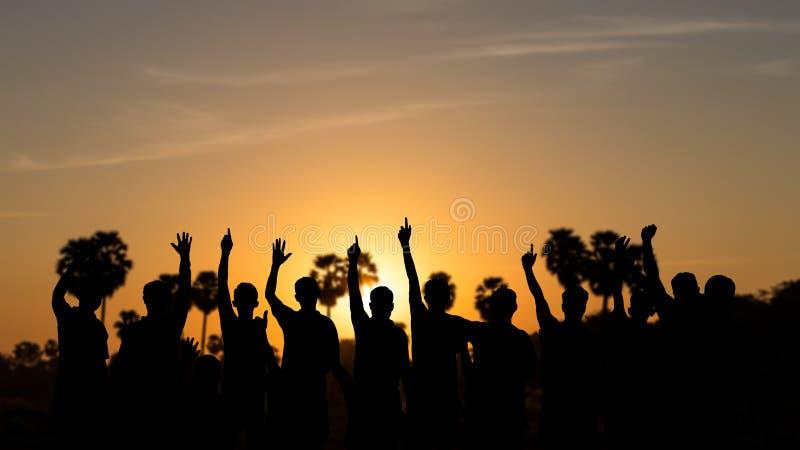 举行手和日出的人剪影  库存图片