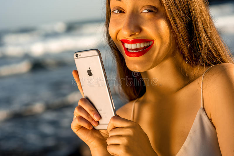 举行新的iPhone 6s的妇女 库存图片