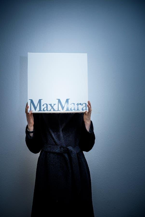 举行最大玛拉时尚的妇女给豪华纸板箱穿衣 库存图片