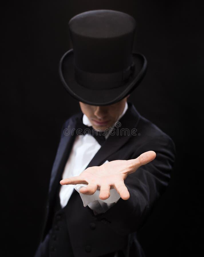 举行某事在他的手棕榈的魔术师  免版税库存图片