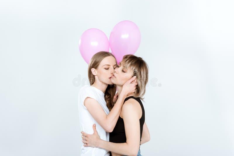 女同性恋15p_举行桃红色气球和亲吻的美好的年轻女同性恋的夫妇