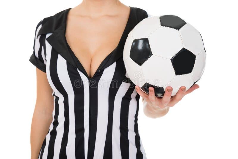 举行橄榄球的女性裁判员 免版税库存照片