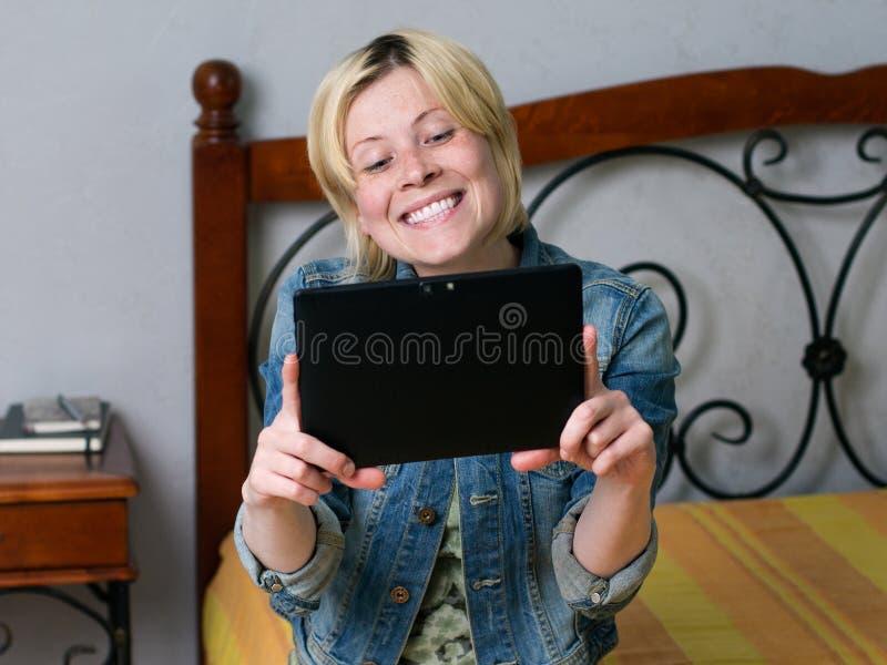 Download 举行片剂和微笑的年轻白肤金发的妇女 库存图片. 图片 包括有 计算机, 绿色, ,并且, 高速暂存, 小配件 - 72368957