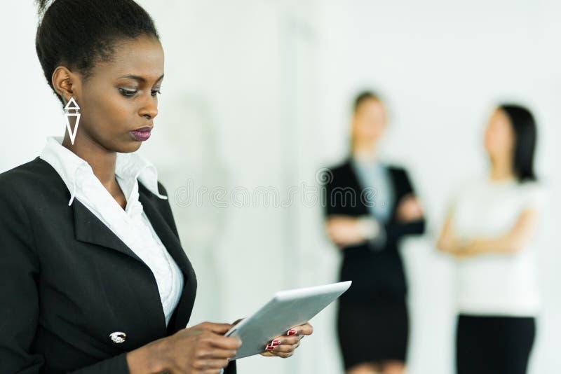 举行片剂和集中的女实业家 库存照片