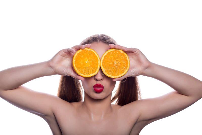 举行片断橙色近的快乐的深色的赤裸上身的女孩她 免版税库存照片