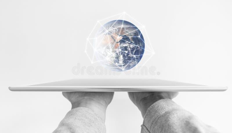 举行现代数字式片剂、全球网络连接和未来教育技术的手 这个图象的元素是furnishe 免版税库存图片