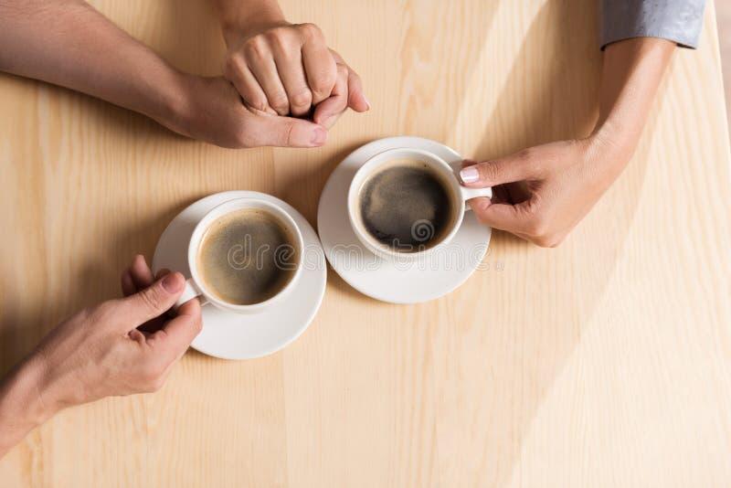举行用人工和饮用的咖啡的夫妇 库存照片