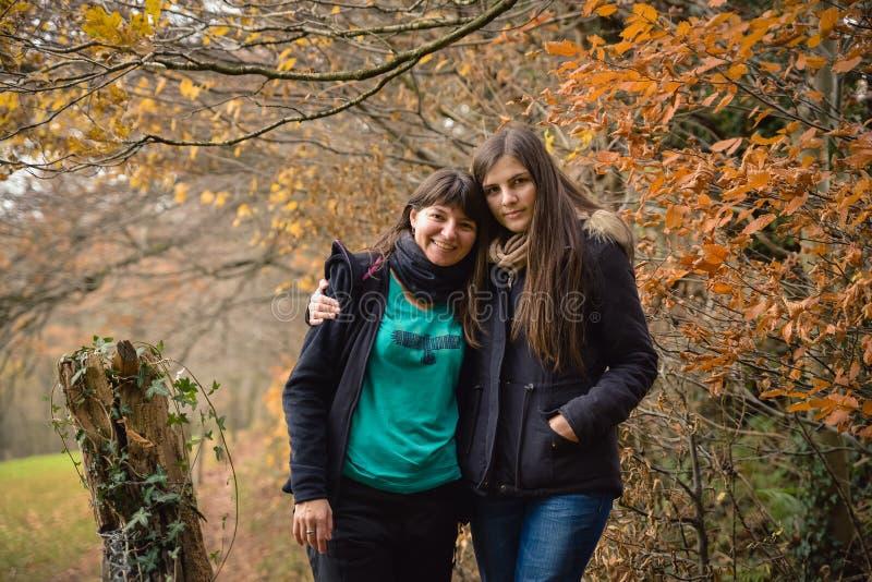 举行的两个女孩在森林,友谊概念里 免版税库存照片