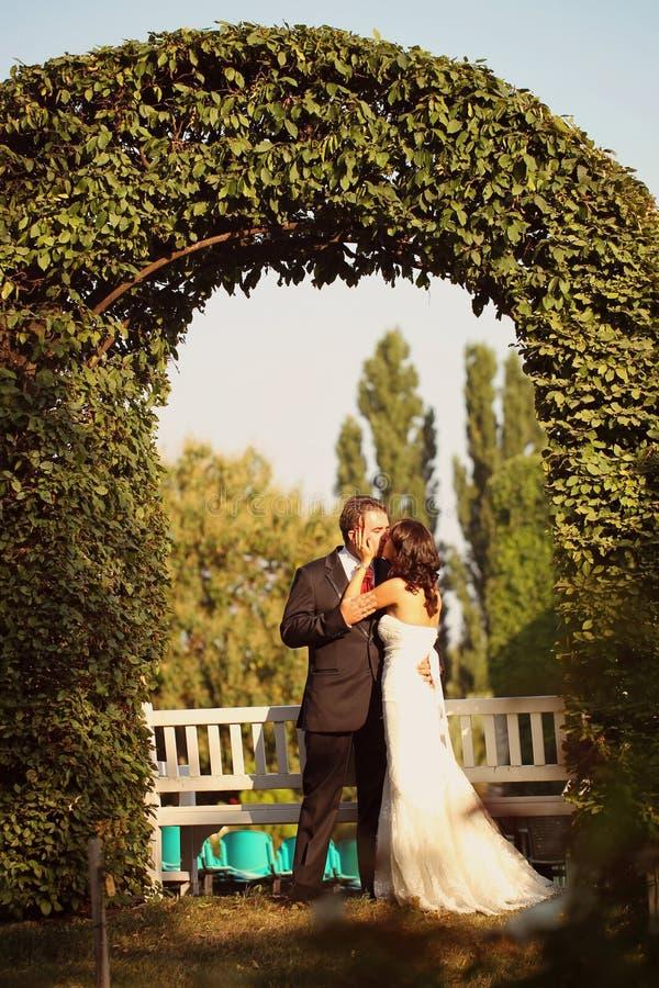 举行的新娘和新郎 免版税库存照片
