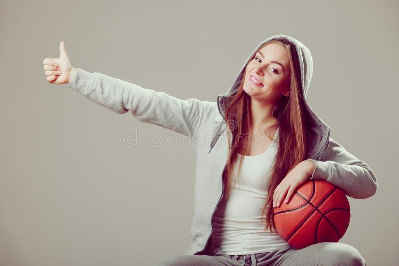 举行篮球的敞篷的运动的青少年的女孩 库存图片