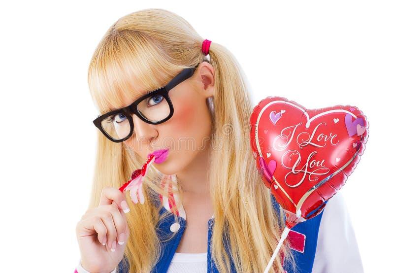 举行糖果和轻快优雅的美丽的女孩 免版税库存图片