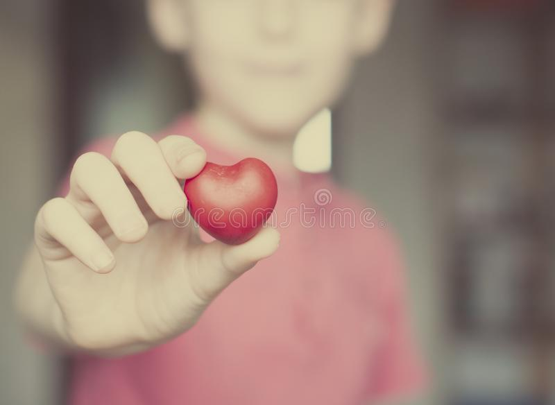 举行红心形状的男孩 库存照片
