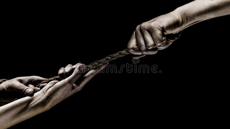 举行绳索、上升的绳索、力量和决心的手 抢救、帮助,帮助姿态或者手 冲突,猛拉  免版税库存照片