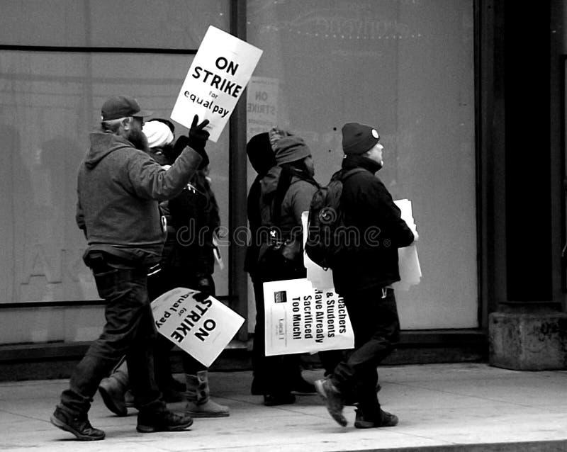 举行罢工的教育家在街市芝加哥 免版税库存图片