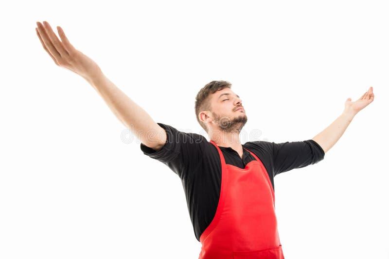 举行胳膊大开看的powerfu的男性超级市场雇主 免版税库存照片