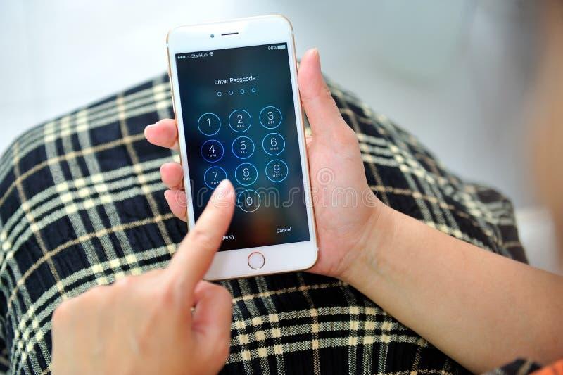 举行苹果计算机iPhone 6S加上的妇女 库存照片