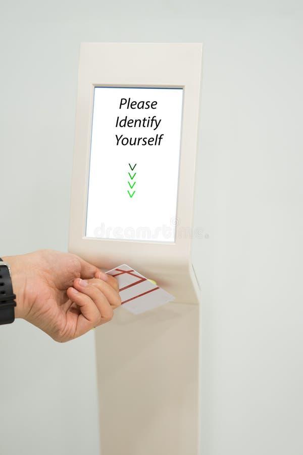 举行钥匙卡片存取控制的妇女打开电梯地板和选择地板 免版税库存照片