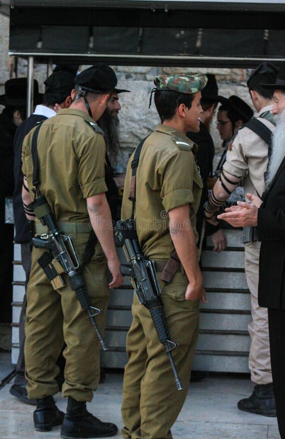 举行闲谈的以色列国防军战士在断裂期间 免版税库存照片