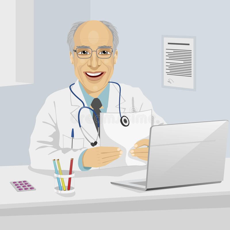 举行医疗处方的男性资深医生坐在有膝上型计算机的办公室 皇族释放例证