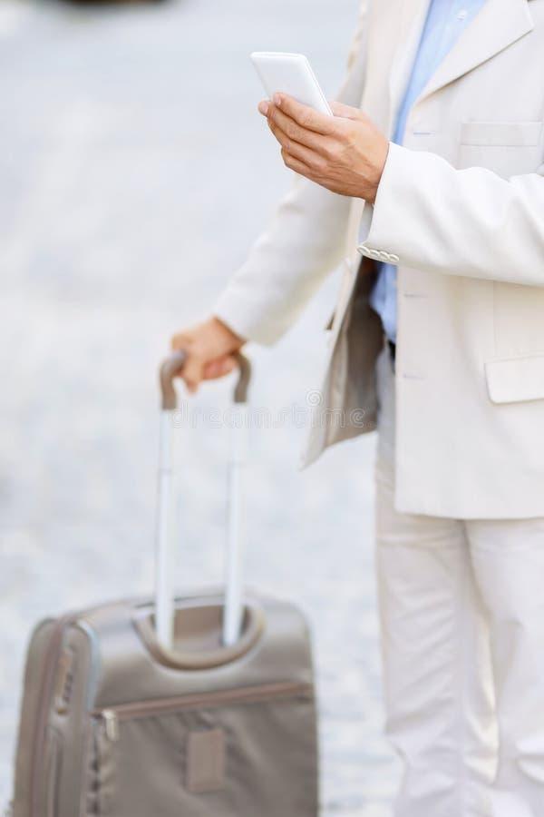 举行他的Hansome人旅行袋子 免版税库存图片