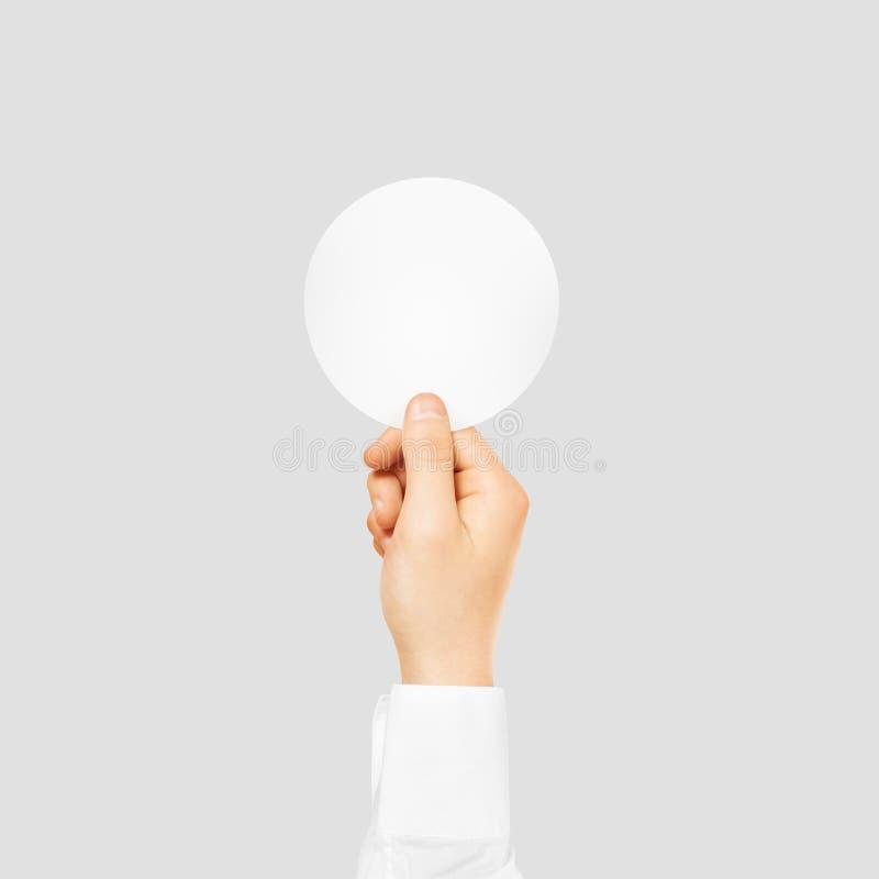 举行围绕空白的白色贴纸嘲笑的手隔绝在灰色 库存图片