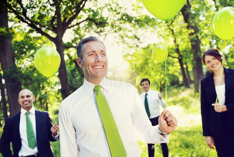 举行绿色气球概念的环境友好的商人 免版税库存图片