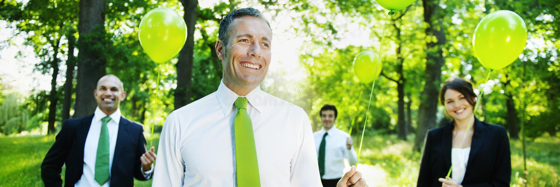 举行绿色气球概念的环境友好的商人 免版税库存照片