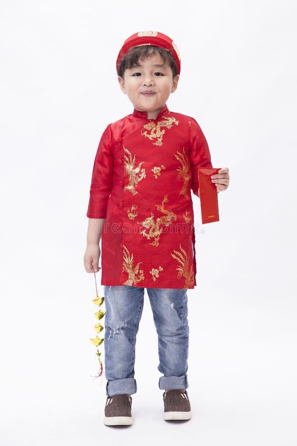 举行ang bao的一个亚裔孩子新年 免版税库存照片
