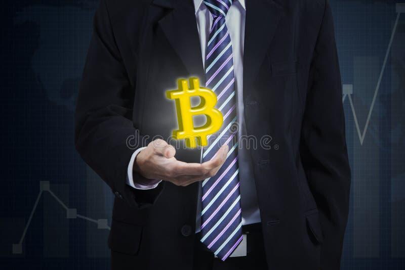 举行bitcoin标志的匿名商人 免版税库存照片