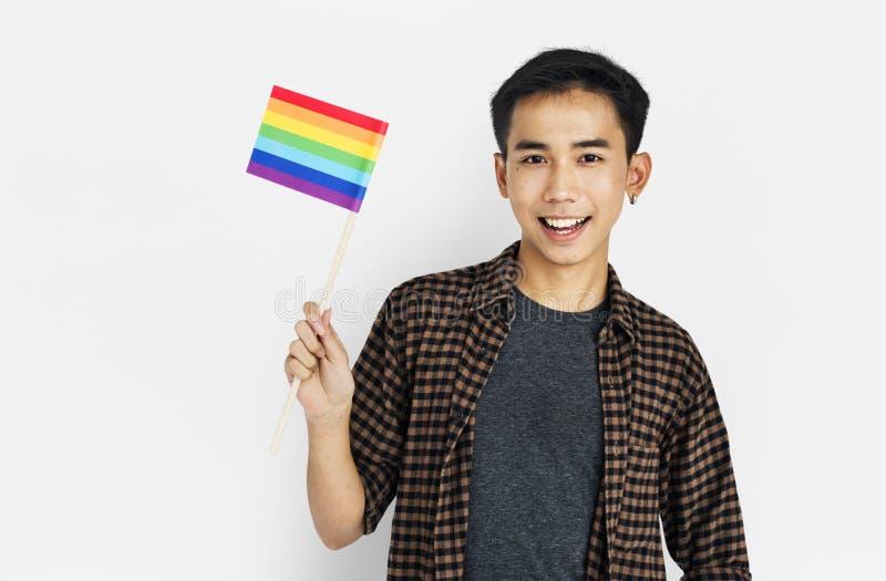 举行LGBT旗子概念的人 库存图片