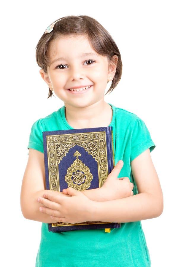 Download 举行Quraan的愉快的女孩 库存图片. 图片 包括有 钉书匠, 东部, 生物碱, 女性, arabel - 72368693