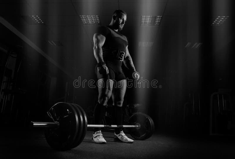举重运动员准备执行称死者的锻炼 免版税库存照片