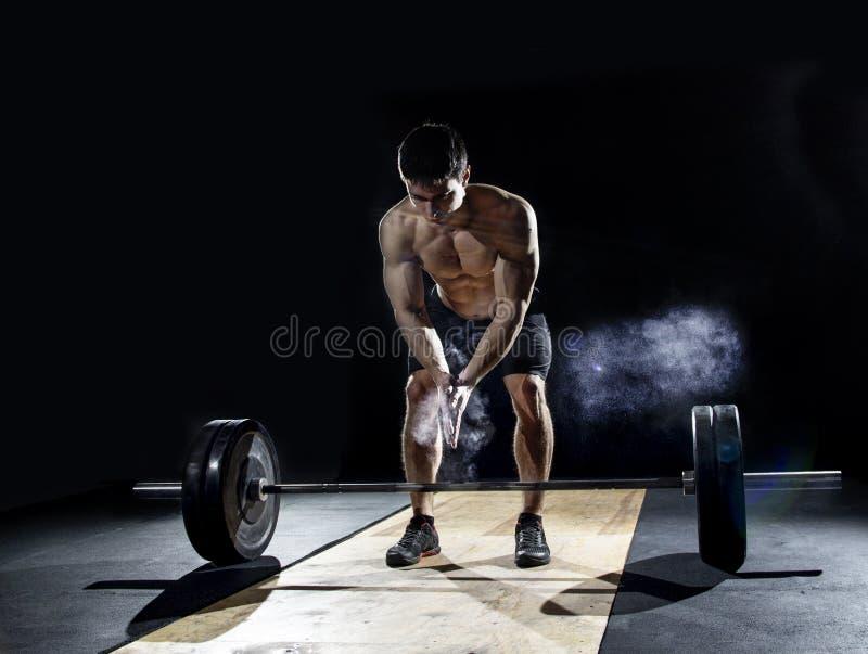 举重运动员拍的手特写镜头在杠铃锻炼前的在 免版税图库摄影