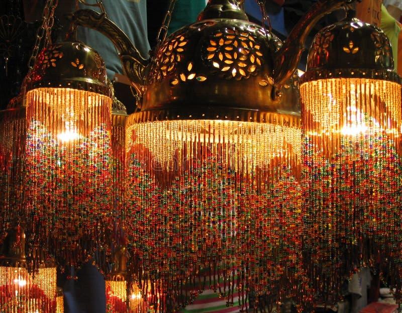 义卖市场五颜六色的全部伊斯坦布尔闪亮指示火鸡土耳其 库存图片