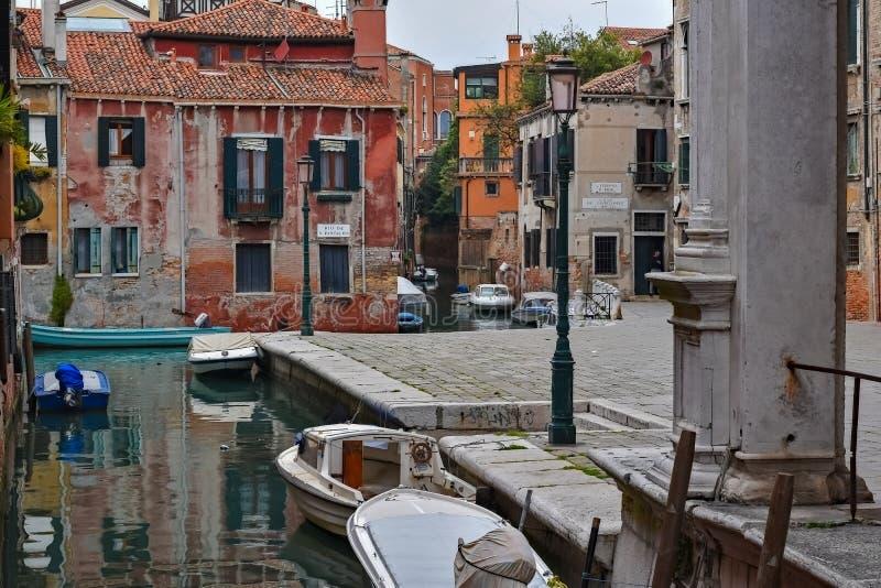 之字形运河在威尼斯 图库摄影