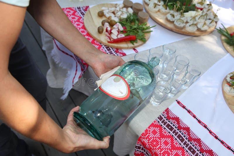 乌克兰人` s全国酒精饮料-空想酒和伏特加酒和快餐,点心 库存图片