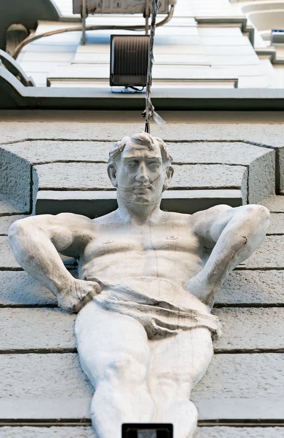 乌克兰伊万诺 — 弗兰科夫斯克一栋老建筑的正面,上面的雕塑 免版税图库摄影